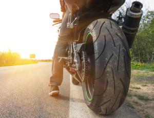 Die Abgase von Auto und Motorrad werden über einen Auspuff abgeleitet.