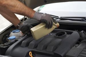 Additive werden Schmier-und Kraftstoffen beigemengt, um ihre Eigenschaften zu verbessern.