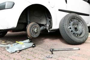 Wenn Sie am Auto Gewicht reduzieren möchten, können Sie von einem Reserverad auf ein Pannenset umsteigen.