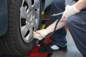 Clever tanken in Magdeburg: Der Spritverbrauch verringert sich auch durch die richtigen Reifen.