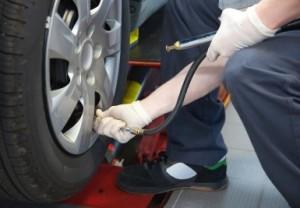 Der richtige Reifendruck hilft beim Spritsparen.
