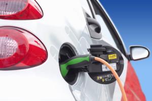 Verträgt mein Auto E10? Wenn Sie auf alternative Kraftstoffe umstellen wollen, kann auch der Umbau in ein Elektroauto sinnvoll sein.